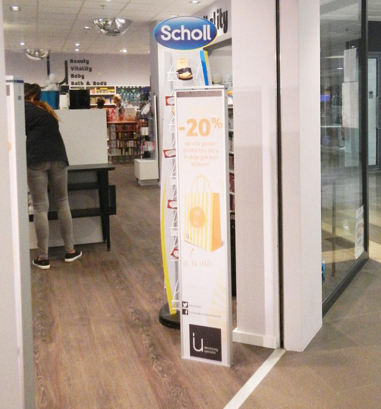 iU-Kuurne-Antidiefstal-poortje-met-reclamepaneel-case-foto-aangepast