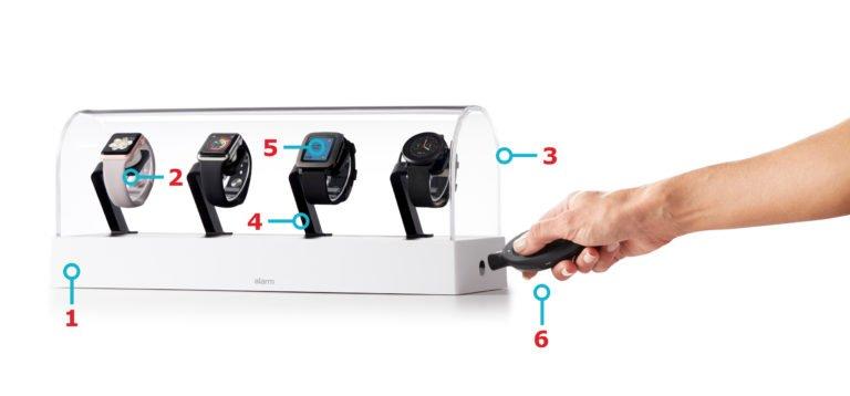 Deze complete vitrine stelt uw producten stijlvol tentoon De geïntegreerde opladers van de J704 zorgen ervoor dat uw wearables steeds 100% functioneel zijn Kostefficiënte beveiliging voor 4 tot 6 wearables De voet kan gemakkelijk aangepast worden waardoor u de presentatie van uw producten gemakkelijk verandert Speel demo's af om uw klanten van de specificaties te overtuigen De J704 maakt gebruik van de gepatenteerde IR key. Met deze sleutel lost u problemen op die ontstaan rond traditionele, mechanische sloten, zoals werknemers die sleutels in het slot laten zitten of sleutels die afbreken in het slot.
